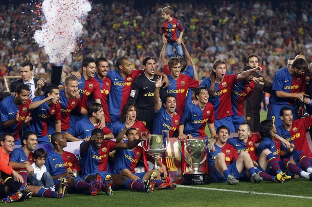 Barcelona's players pose with the Spanish first division soccer league trophy at Camp Nou stadium in Barcelona May 23, 2009. Barcelona were gifted their 19th Primera Liga title without kicking a ball on May 16 when second-placed Real Madrid were beaten 3-2 at Villarreal. REUTERS/Albert Gea (SPAIN SPORT SOCCER)